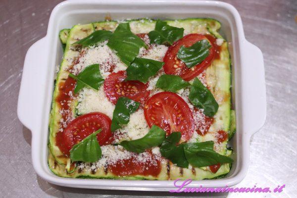 Unire anche qualche pomodorino tagliato a fette ed il basilico.