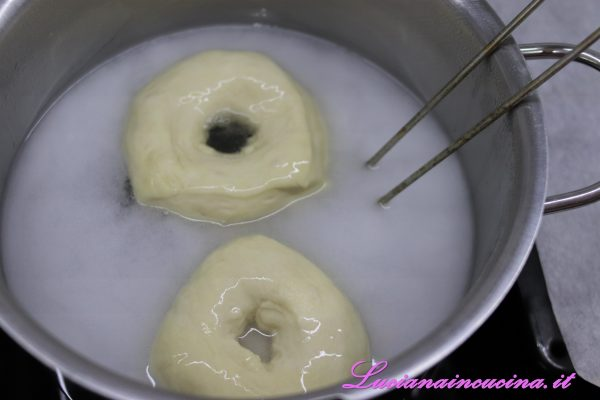 Cuocere una o due ciambelle alla volta per 2 minuti, girandole a metà cottura, poi scolare e adagiare in una teglia ricoperta di carta forno, cospargere con i semi.