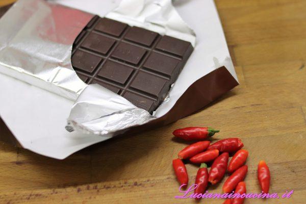 Spezzettare la tavoletta di cioccolato in una tazza.
