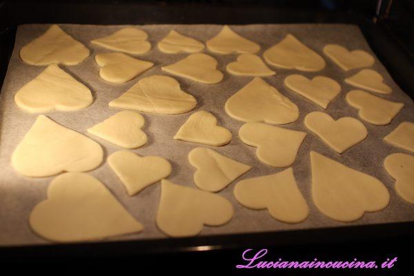 Cuocere a 180°C per circa 20 minuti, fino a leggera doratura poi lasciar intiepidire.