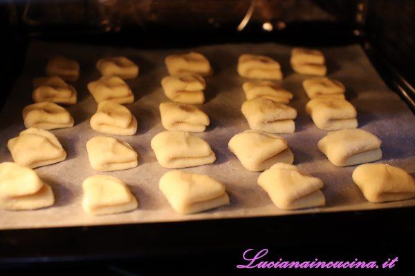 Adagiarli in una teglia rivestita da carta forno e cuocere a 190°C in modalità ventilata per venti minuti.