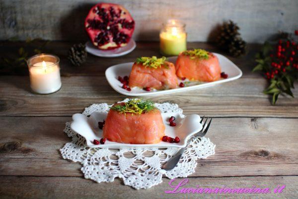 Capovolgere gli stampini nel piatto di servizio, decorare con fili di buccia di limone, aneto fresco, pepe rosa ed un paio di cucchiaini di melagrana.