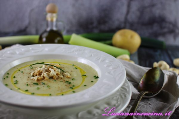 Versare la crema di patate e porri nel piatto, appoggiare al centro qualche briciola di tarallo, decorare con erba cipollina, una macinata di pepe rosso ed un filo d'olio extravergine d'oliva.