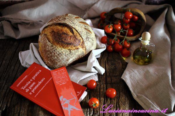 Affettare la pagnotta, condirla con i pomodorini, un filo d'olio extravergine d'oliva e qualche granello di sale Maldon.