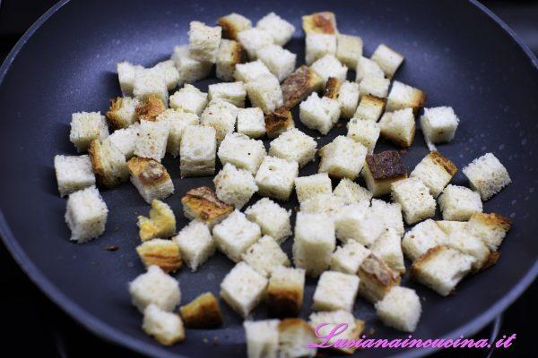 Tagliare le fette di pane a dadini e tostarle in un padella antiaderente.