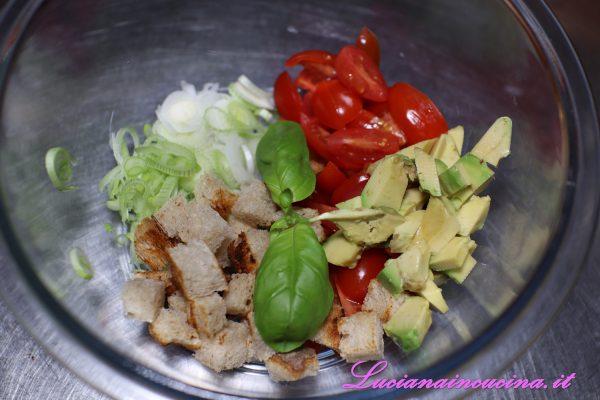 Inserire tutti gli ingredienti in una boule, aggiungere anche il basilico spezzettato e condire con abbondante olio extravergine d'oliva, salare a piacere, una macinata di pepe nero e due cucchiai di aceto bianco.