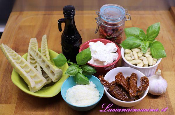 Per prima cosa frullare le mandorle, poi aggiungere i pomodori secchi scolati dall'olio, l'aglio a fettine e frullare ancora.