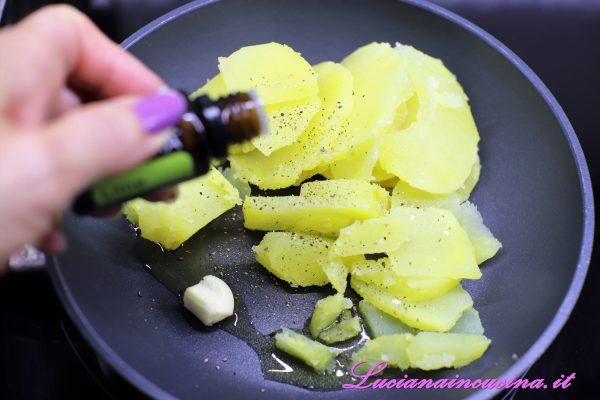 Aggiungere 2 gocce di olio essenziale di lime ed insaporire qualche secondo.