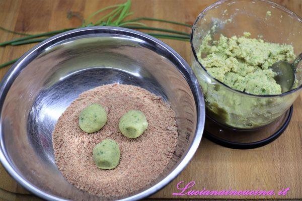 Prelevare il composto a cucchiaiate, formare delle palline e passarle nel pangrattato alla barbabietola (avevo preparato il pane alla barbabietola e ne ho utilizzato una parte per fare il pangrattato).