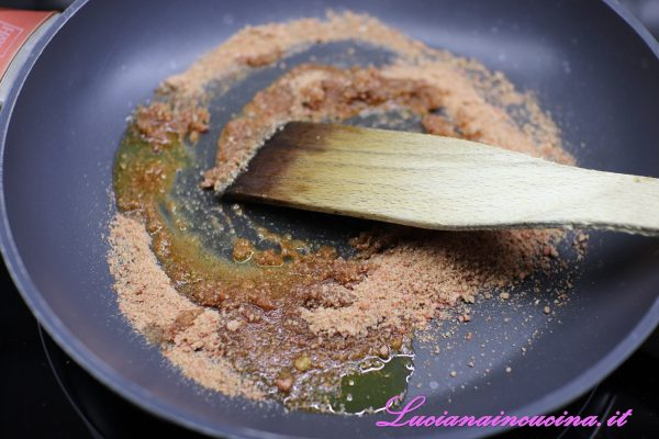 A parte, in una larga padella, tostare il pangrattato con un filo d'olio ed un pizzico di sale.