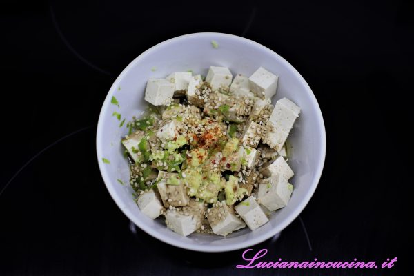Cuocere il riso in acqua bollente per il tempo indicato sulla confezione, poi scolarlo e condirlo con aceto di riso e aggiustare di sale. Dividerlo in due ciotole e tenere da parte.