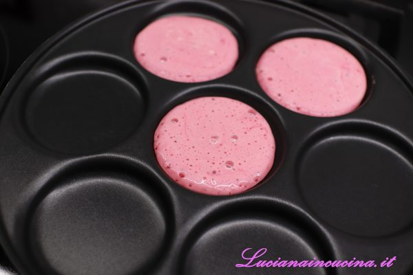 Cuocere i pancakes nell'apposita pentola.